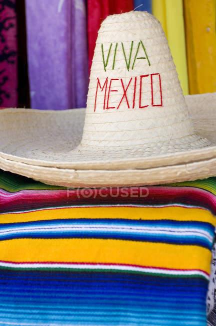 Барвисті ковдри і sombreros на сувеніри зрив в Кінтана-Роо, Мексика — стокове фото