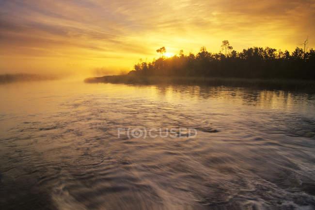 Lever de soleil matinal sur les bois près de Whiteshell River, parc provincial Whiteshell, Manitoba, Canada . — Photo de stock