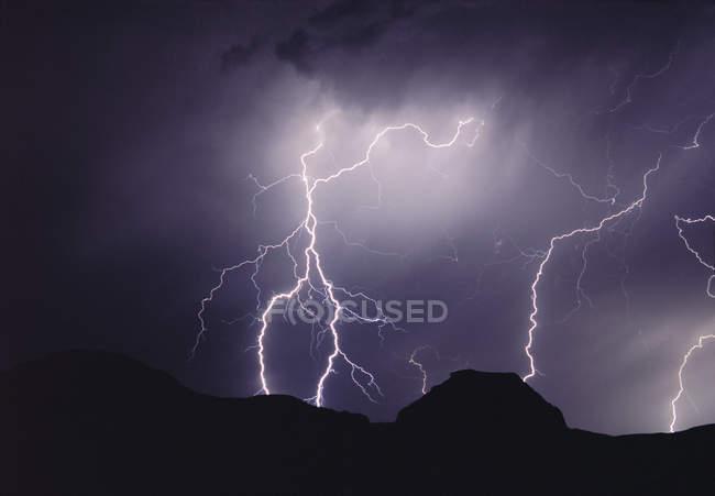 Tempestade relâmpago à noite sobre Castle Butte, Big Muddy Badlands, Saskatchewan, Canadá — Fotografia de Stock