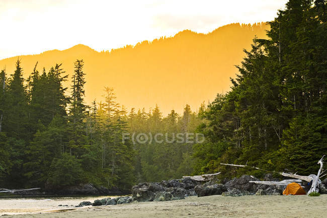 Adventure camping tent on beach at sunset on Flores Island north of Tofino, Canada — Stock Photo