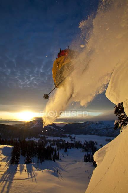 Esquiador sertão macho montando ao nascer do sol, Sol de montanha, Monashee sertão, Revelstoke, Canadá — Fotografia de Stock