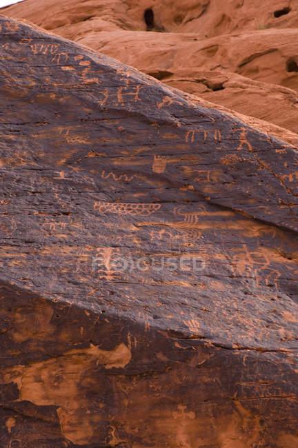 Петроглифы на скале, Долина огня государство парк, штат Невада, США — стоковое фото