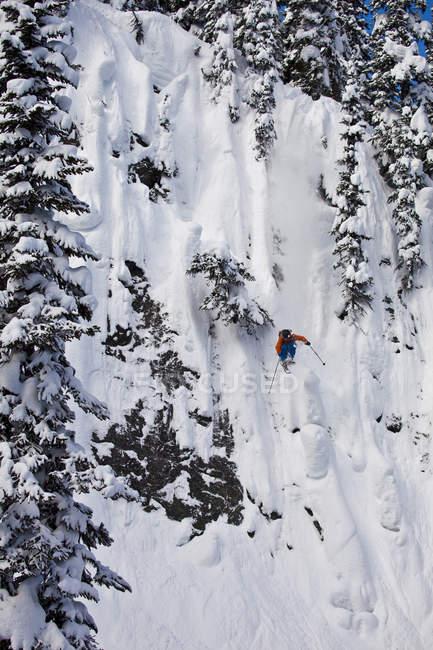 Falaise de chute freeskier mâle à Revelstoke Mountain Resort, Canada — Photo de stock