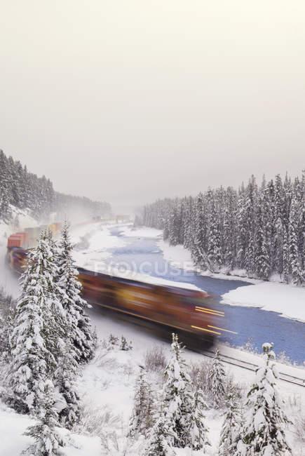 Zug fahren mit Motion blur Morant Kurve, Bow Valley Parkway, Banff Nationalpark, Alberta, Kanada — Stockfoto