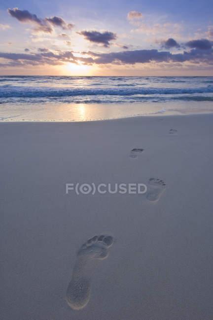 Empreintes de pas dans le sable de Tulum Beach au coucher du soleil, Quintana Roo, Mexique — Photo de stock