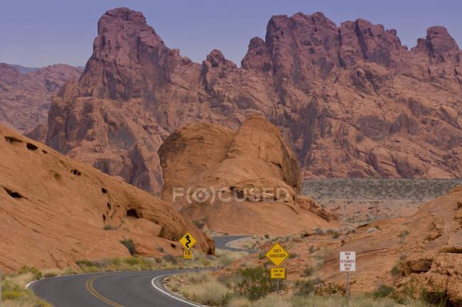 Autobahn und Straßenschilder im Valley of Fire State Park, Nevada, Usa — Stockfoto