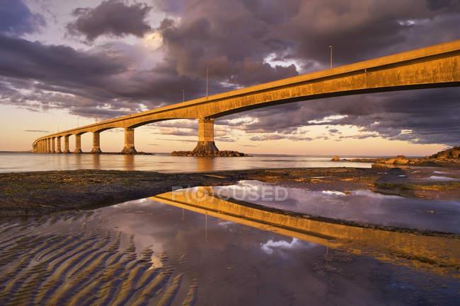 Cielo drammatico con nuvole sul Ponte della Confederazione, Capo Jourimain, Nuovo Brunswick, Canada . — Foto stock