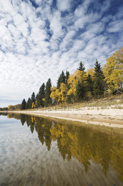 Lago Namekus no Parque Nacional Príncipe Albert, Saskatchewan, Canadá — Fotografia de Stock