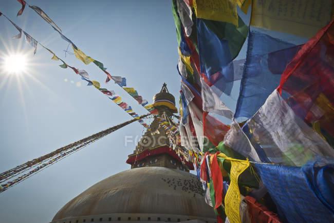 Niedrigen Winkel Ansicht Boudhanath Stupa mit Gebetsfahnen an geistigen Standort in Kathmandu, Nepal. — Stockfoto