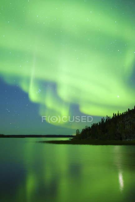 Aurora Borealis über See in borealen Wald, Yellowknife Umgebung, Nordwest-Territorien, Kanada — Stockfoto