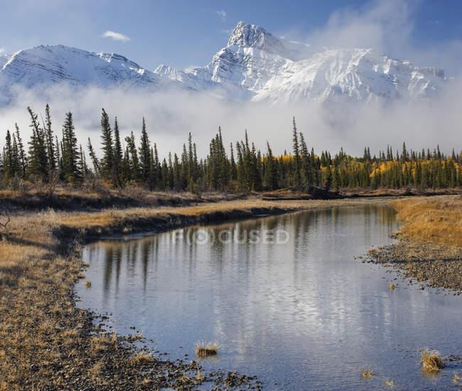 Река Норт-Ичеван с горой Пескетт, равнины Кутеней, Бигхорн Уайлдленд, Альберта, Канада — стоковое фото
