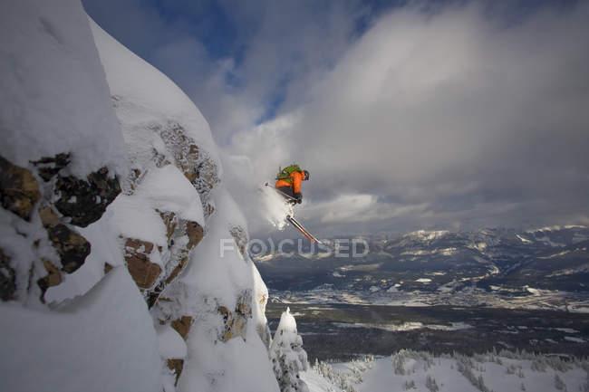 Skier captura grande ar no sertão de Kicking Horse Resort, Golden, Colúmbia Britânica, Canadá — Fotografia de Stock