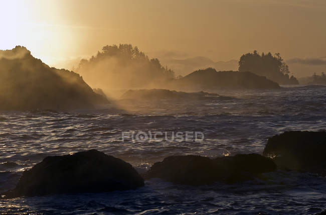 Sunrise from Wild Pacific Trail during high tide near Ucluelet, Vancouver Island, British Columbia, Canada — Stock Photo