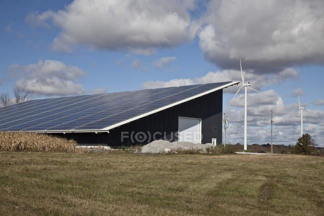 Панели солнечных батарей на шоссе складское здание в Юго-Западной Онтарио, Канада. — стоковое фото