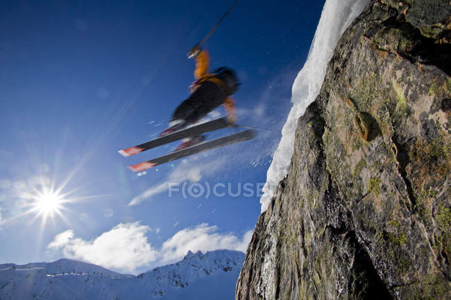 Masculino esquiador backcountry pulando de penhasco no Kicking Horse Resort, Golden, British Columbia, Canadá — Fotografia de Stock