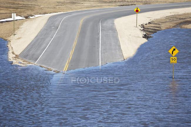 Inondation de la rivière Rouge sur l'autoroute au nord de Winnipeg, Manitoba, Canada — Photo de stock