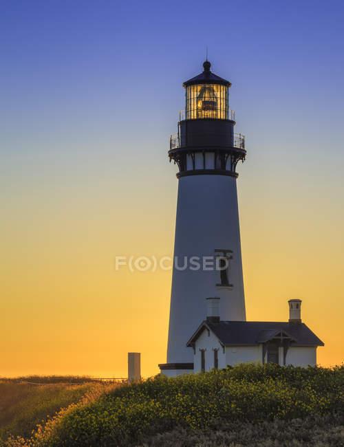 Якина головы Маяк на цветочном побережье на закате в штате Орегон, США — стоковое фото