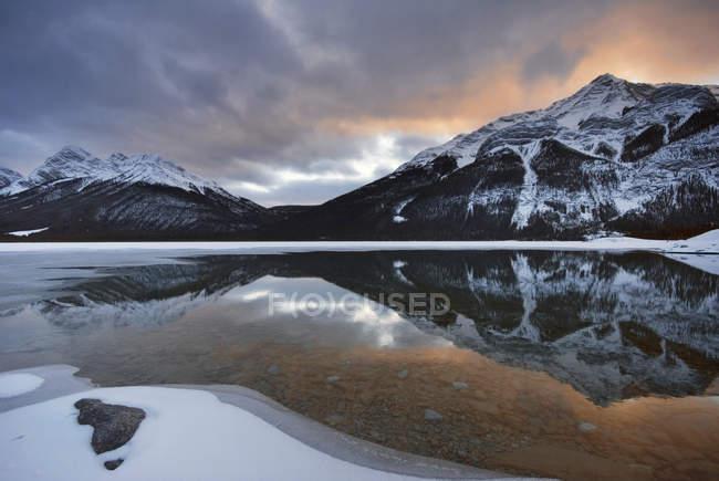Goat Range and Goat Lake of Spray Valley Provincial Park, Kananaskis Country, Alberta, Canadá — Fotografia de Stock