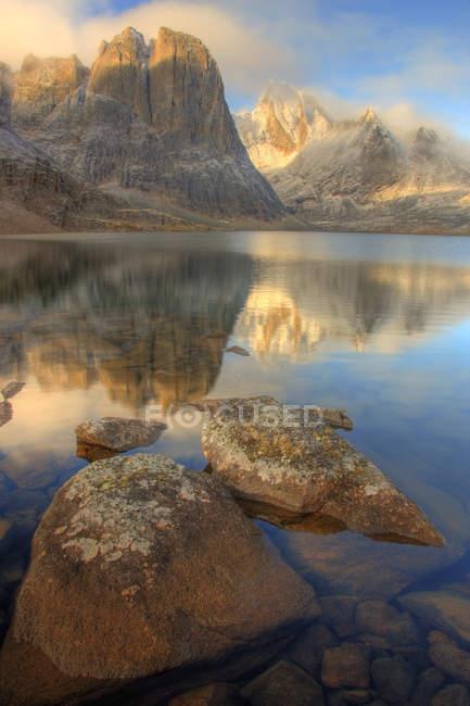 Réflexion de Sunrise du Mont monolithe dans fracture lac, parc Tombstone, Yukon, Canada — Photo de stock