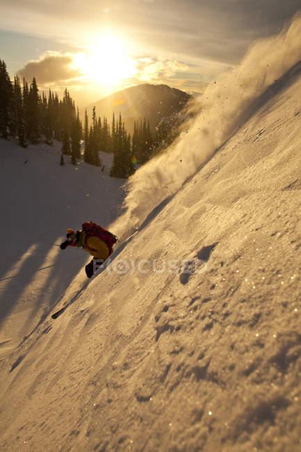 Sciatore fuoripista maschio equitazione ad alba, Sol Mountain, Monashee Backcountry, Revelstoke, Canada — Foto stock