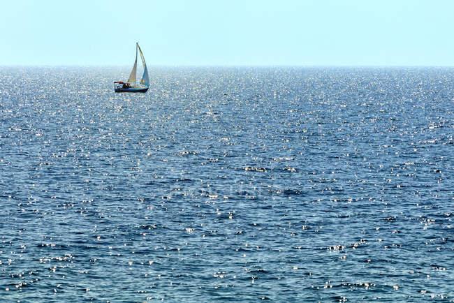 Segelboot segeln auf glitzernden georgischen Bucht, bruce Halbinsel, Ontario, Kanada — Stockfoto
