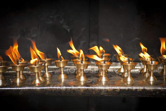 Олія пропозиціями лампи на Swayambhunath, Катманду, Непал — стокове фото
