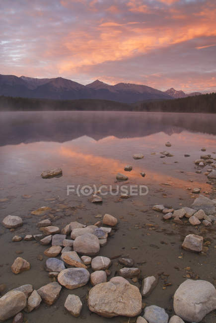 Rocky shore of Patricia Lake at sunset, Jasper National Park, Alberta, Canada — Stock Photo