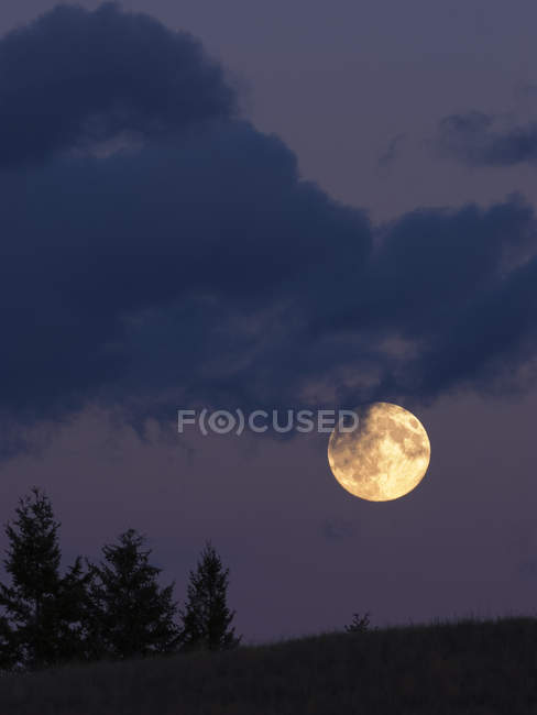 Full moon over hillside near Kamloops, British Columbia Canada — Stock Photo