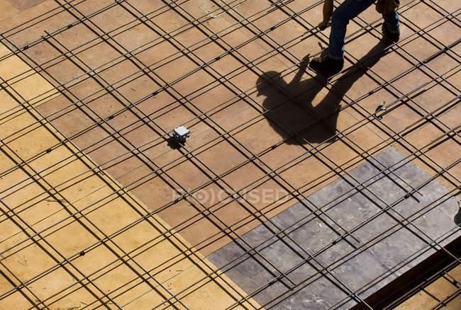 Vue recadrée du travailleur sur la plate-forme du chantier . — Photo de stock