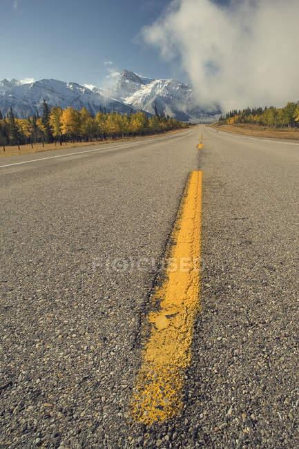 Autostrada lungo il lago Abraham con il Monte Peskett, Kootenay Plain, Alberta, Canada — Foto stock