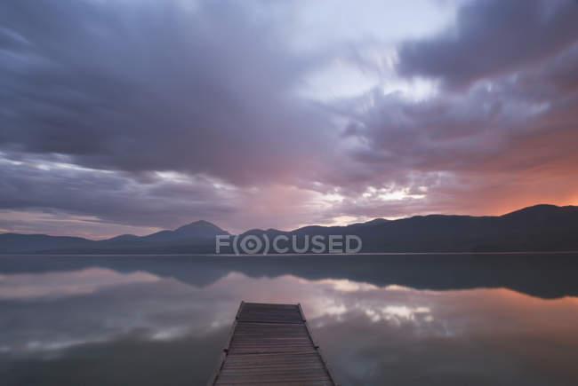 Doca de madeira em Squanga Lake ao entardecer, Yukon Territory, Canadá — Fotografia de Stock