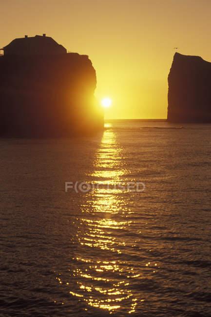 Perce рок на рассвете в полуострове Гаспе, Квебек, Канада. — стоковое фото