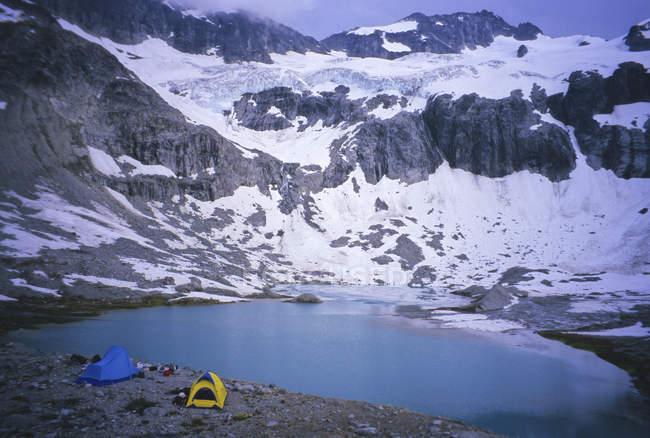 Альпийский лагерь с палатки и имущество ниже редут горе в Каскадных горах, штат Вашингтон, США — стоковое фото