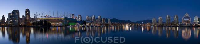 Город с стадион и False Крик в Ванкувере в сумерки, Британская Колумбия, Канада — стоковое фото