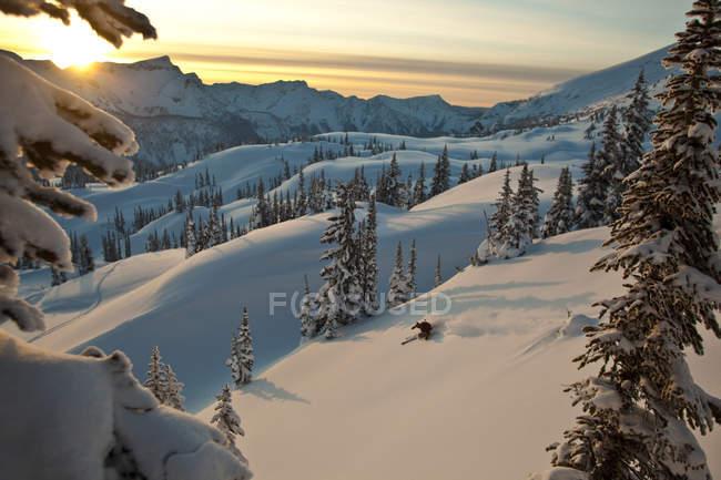 Hombre esquiando en el campo en Sol Mountain, Monashee Backcountry, Revelstoke, Canadá - foto de stock