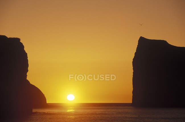 Perce рок на сході сонця на Gaspe півострові, Квебек, Канада. — стокове фото