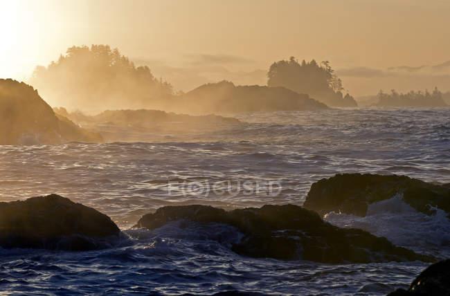 Схід сонця над морський пейзаж поблизу Ucluelet, острова Ванкувер, Британська Колумбія, Канада — стокове фото