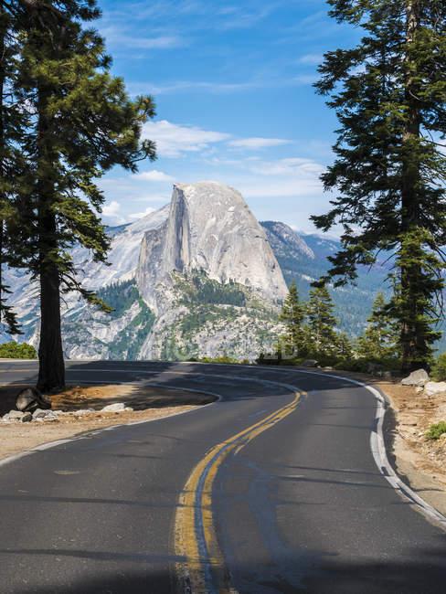 Strada che conduce al Glacier Point nello Yosemite National Park, California, USA — Foto stock