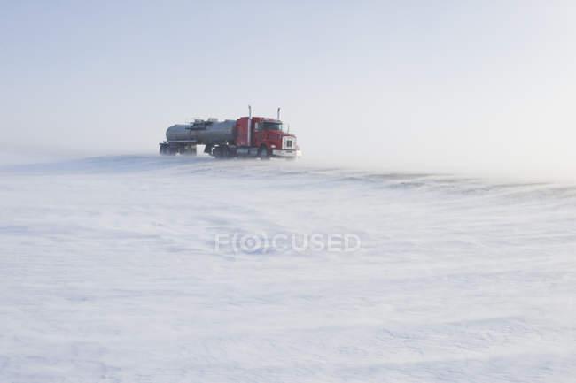 Camión cisterna en carretera cubierto de nieve soplando cerca de Morris, Manitoba, Canadá - foto de stock