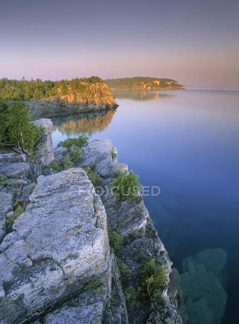 Кам'янистій скелі над озера Гурон, Півострів Брюс, Онтаріо, Канада. — стокове фото
