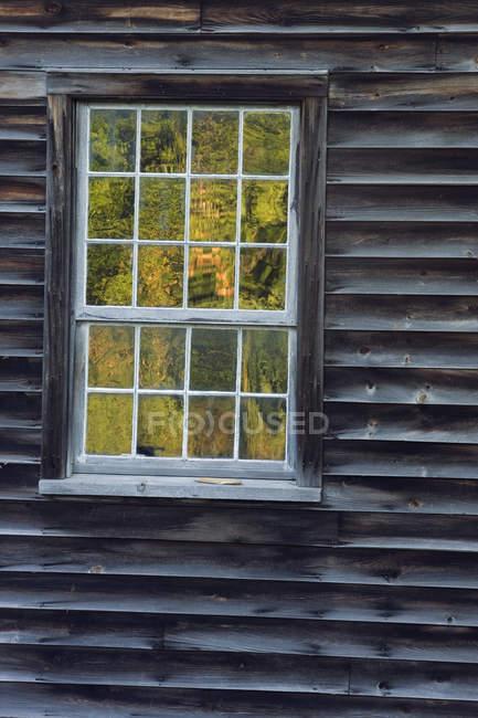 Detalhe da construção do patrimônio e floresta outonal refletindo na janela, Balls Falls Conservation Area, Ontário, Canadá — Fotografia de Stock
