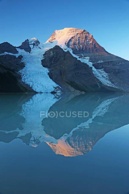 Гора Робсон, отражая в воде голубой Тарн, Британская Колумбия, Канада — стоковое фото