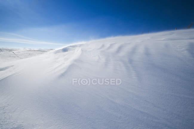 Amas de neige balayées par le vent sur la colline à Big Muddy Valley, Saskatchewan, Canada — Photo de stock