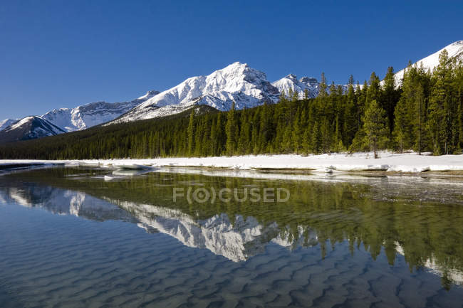 Reflection of mountains in Canadian Rocky mountains along Icefield Parkway in Alberta, Canada — Stock Photo