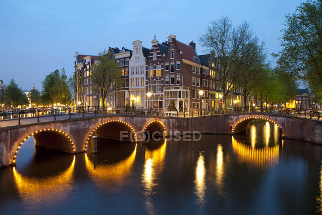 Historic houses and bridge along Keizersgracht Canal, Amsterdam, Netherlands — Stock Photo