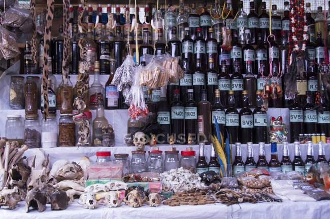 Verschiedene waren und schädel auf markt szene von iquitos in peru — Stockfoto