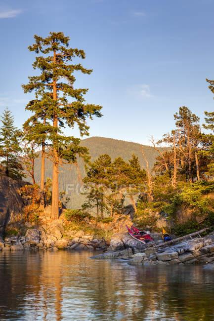 Каное човни на березі Curme островів в запустіння звук морський парк, Британська Колумбія, Канада. — стокове фото