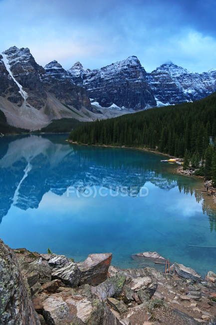 Rocky shore and turquoise water of Moraine Lake in mountains of Banff National Park, Canada. — Stock Photo