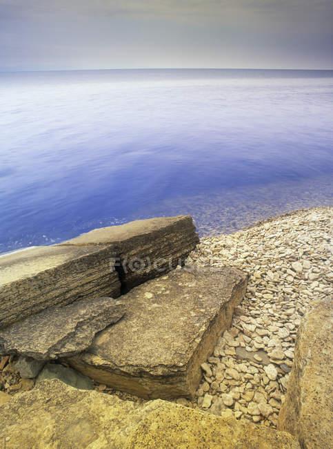 Rocce cava sulla riva del lago Winnipeg nel Parco Provinciale di Hecla-Grindstone, Manitoba, Canada — Foto stock
