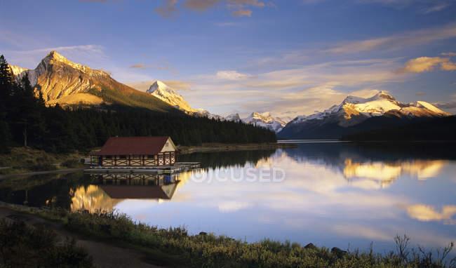 Озеро Maligne халупі на березі на заході сонця, Banff Національний парк, Альберта, Канада. — стокове фото